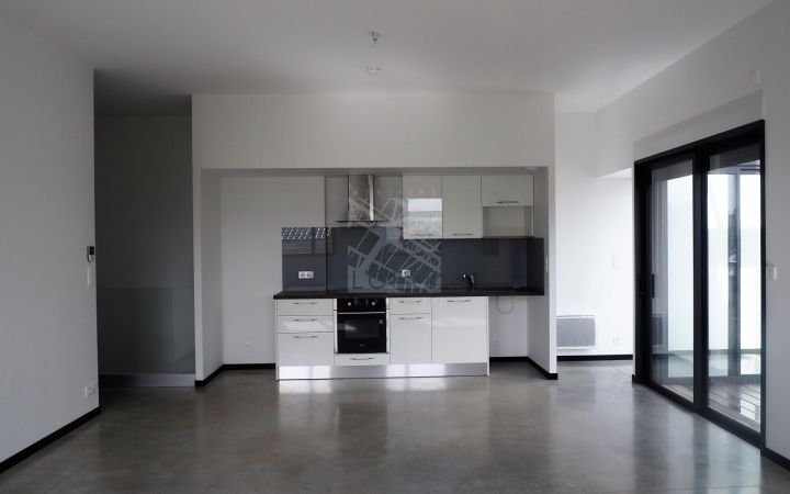 RENTAL APARTMENT WITH GARAGE AND BALCONY