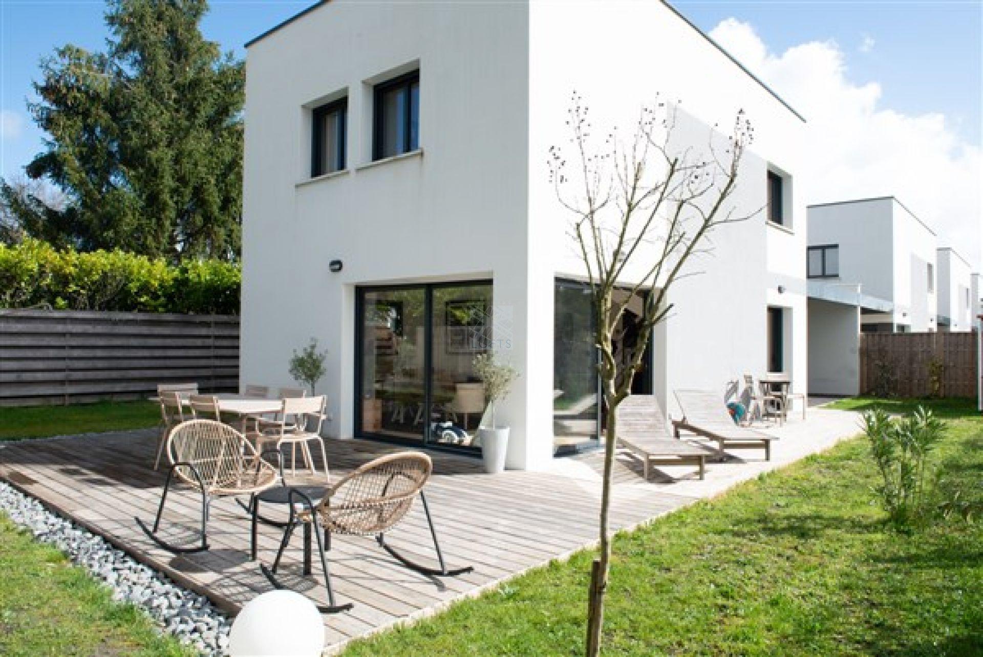 Maison contemporaine avec jardin