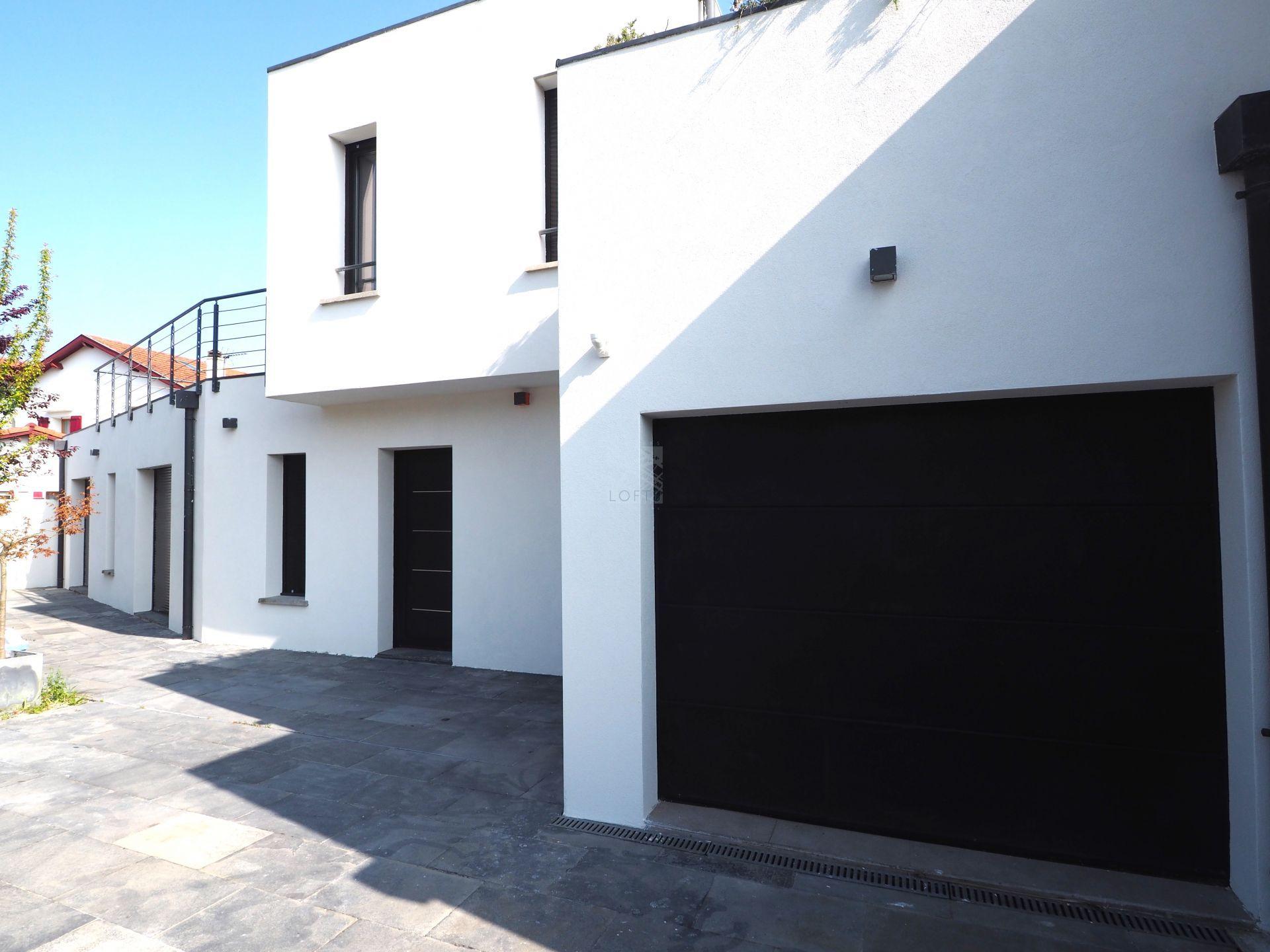 Maison contemporaine avec terrasses et garage