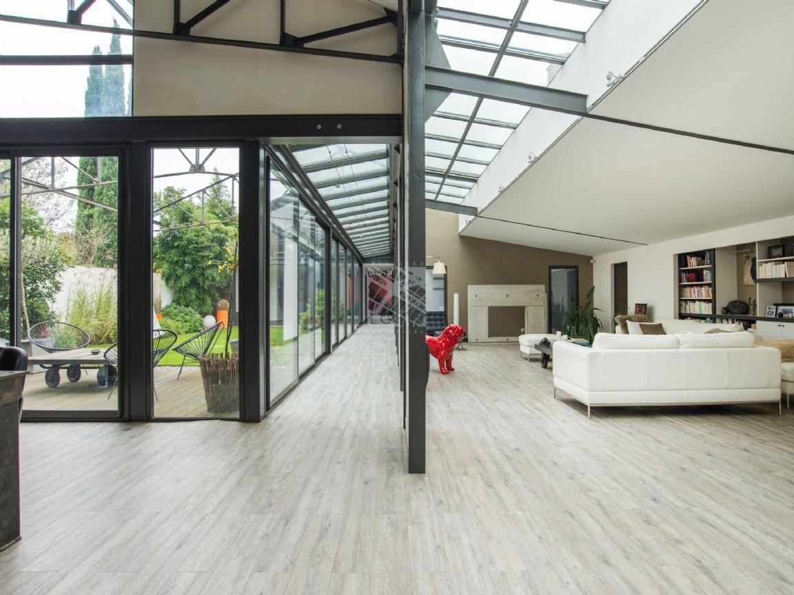 Maison loft avec jardin et piscine interieure for Loft jardin paris