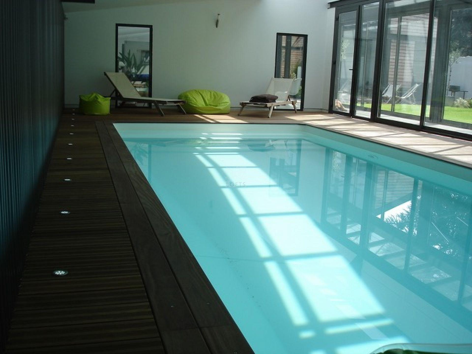 maison loft avec jardin et piscine interieure. Black Bedroom Furniture Sets. Home Design Ideas